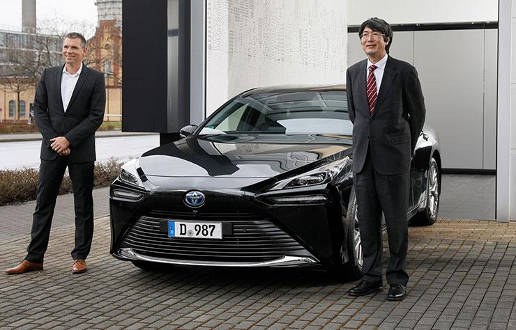 L'ambassadeur du Japon en Allemagne devant sa Toyota Mirai à hydrogène