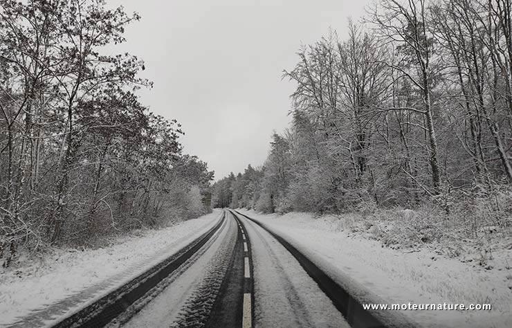 une route en hiver