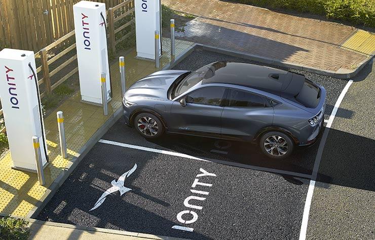 Mustang Mach E sur une borne de recharge Ionity