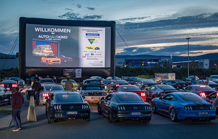Cinéma drive-in avec des Ford Mustang