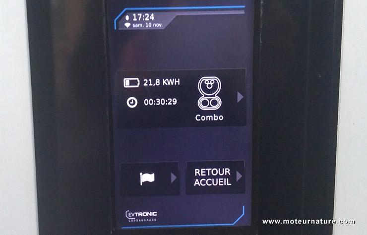 Borne de recharge EVTronic du réseau Corri-Door par Izivia