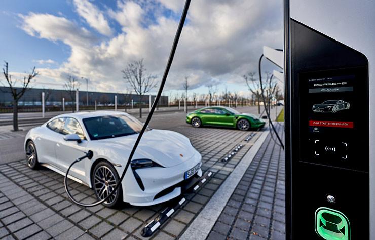 Station de bornes de recharge ultra-rapides de l'usine Porsche de Leipzig