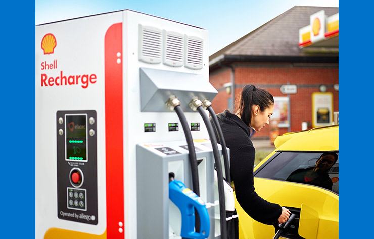 Borne de recharge 175 kW dans une station Shell