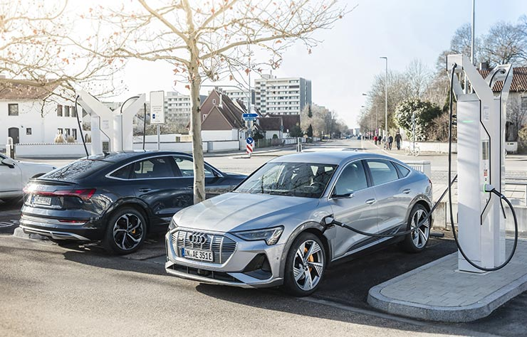 2 Audi électriques sur une borne de recharge