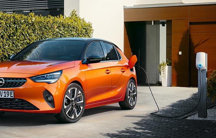 Opel électrique sur une borne de recharge