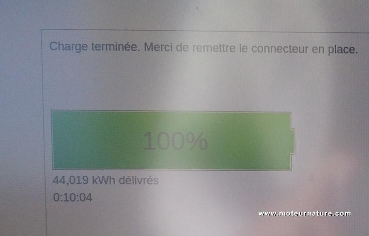 Borne de recharge Ionity à la station de Gueux