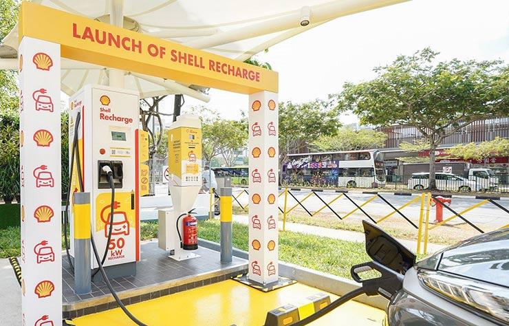Borne de recharge pour voiture électrique dans une station Shell à Singapour