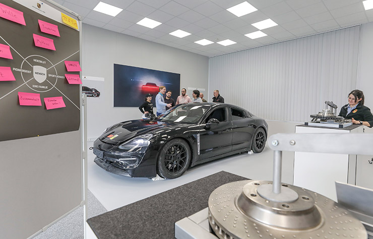 Formation des nouveaux employés à la Porsche taycan électrique