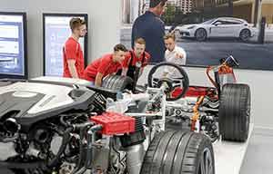 Porsche embauche et forme pour sa Taycan électrique