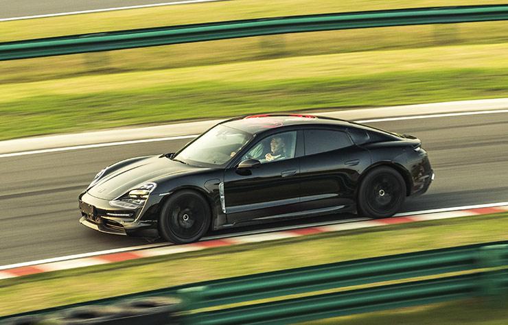 Porsche Taycan électrique sur un circuit en Chine