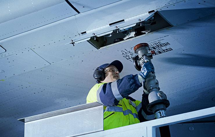 Remplissage du réservoir d'un avion avec du carburant Neste d'origine renouvelable
