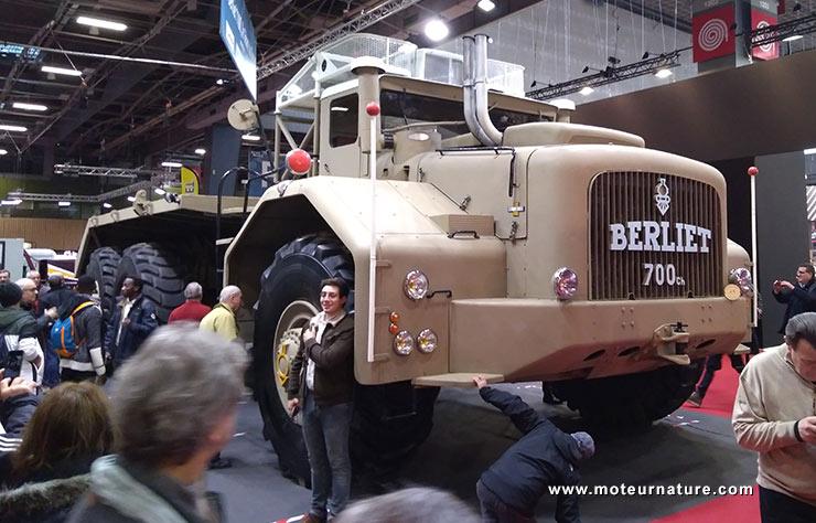 Camion géant Berliet au salon Rétromobile