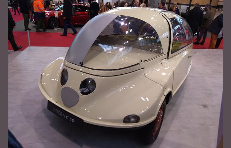 Prototype Citroën C10 de voiture aérodynamique de 1953 au salon Rétromobile