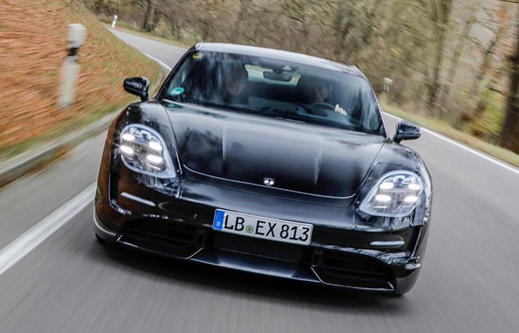 Walter Rohrl conduit la Porsche Taycan électrique