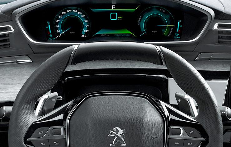 Tableau de bord d'une Peugeot 508 Hybrid4 PHEV