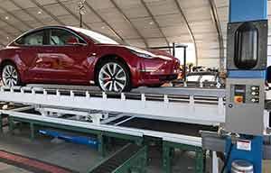Des Tesla Model3 construites sous une tente
