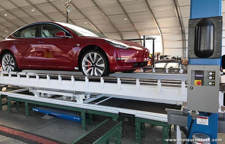 Tesla Model 3 construite sous une tente