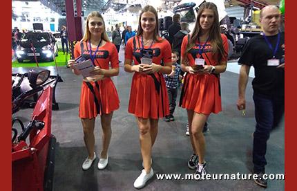 Hotesses au salon de l'auto de Riga