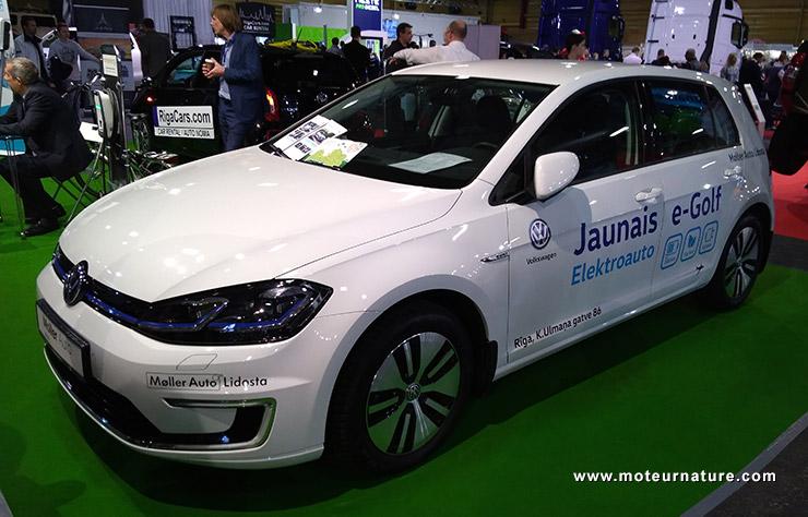 Volkswagen eGolf au salon de l'auto de Riga