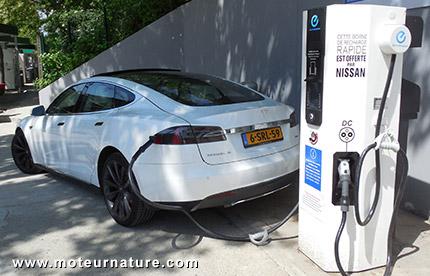 Tesla Model S à la station BP