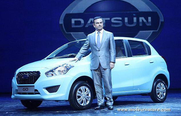 Carlos Ghosn devant la Datsun Go