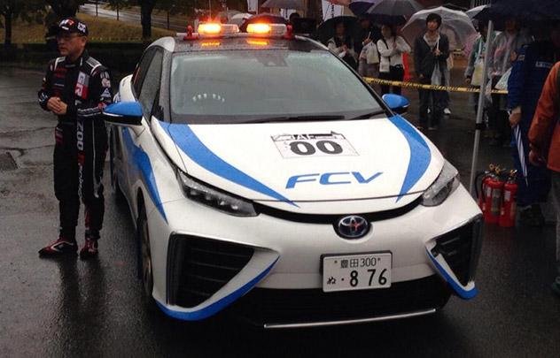 La Toyota à hydrogène conduite par Akio Toyoda