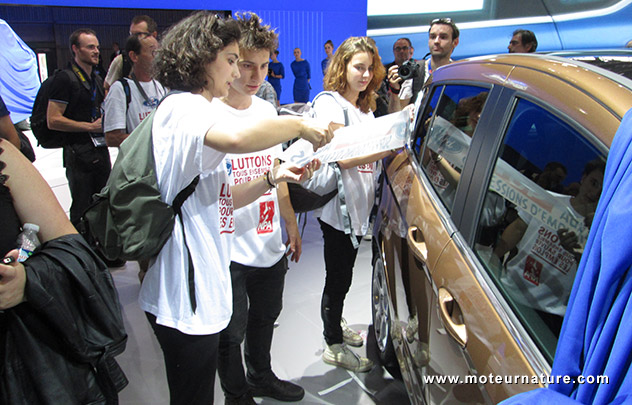 Militants CGT sur le stand Ford au salon de l'auto, le Mondial