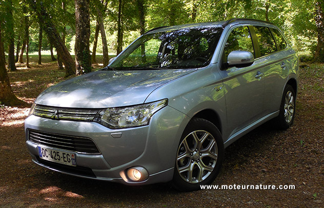 mitsubishi outlander phev hybride rechargeable essai d taill. Black Bedroom Furniture Sets. Home Design Ideas