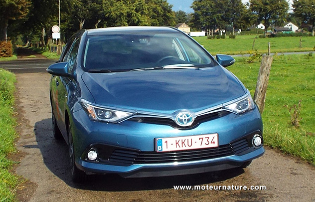 auris hybride rechargeable essai toyota auris l hybride comp titif face au diesel photos troc. Black Bedroom Furniture Sets. Home Design Ideas