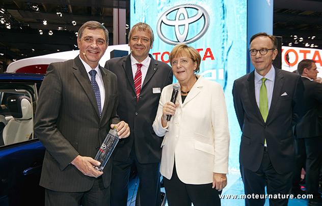Angela Merkel a vu la Toyota à hydrogène