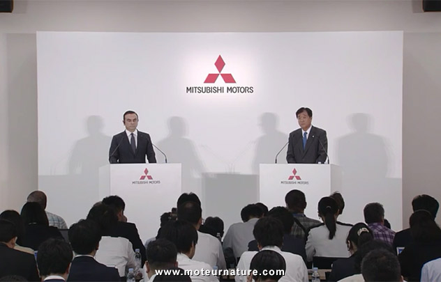 Carlos Ghosn lors de la conférence de presse Mitsubishi