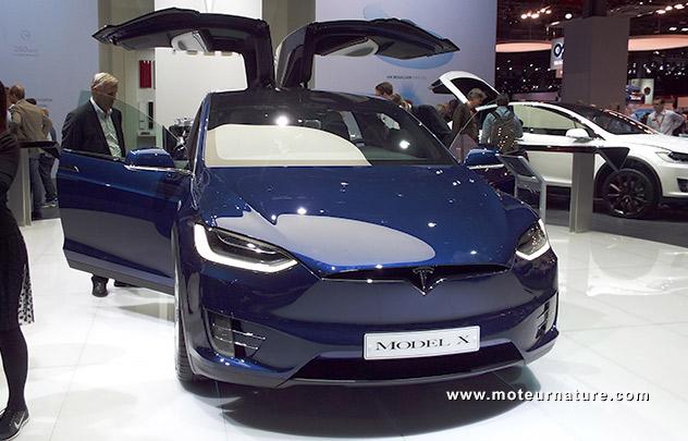 Le stand Tesla au salon de Paris