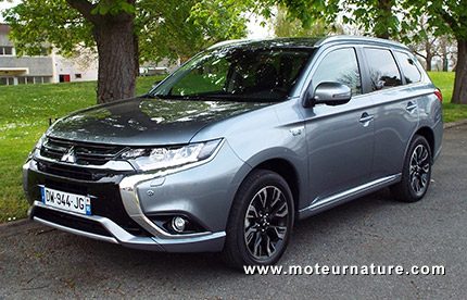 mitsubishi outlander phev rechargeable toujours plus. Black Bedroom Furniture Sets. Home Design Ideas