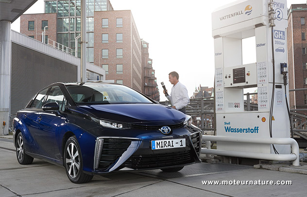 Toyota Mirai faisant le plein d'hydrogène