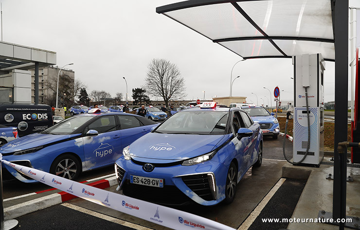 Toyota Mirai à hydrogène à la sation d'Orly
