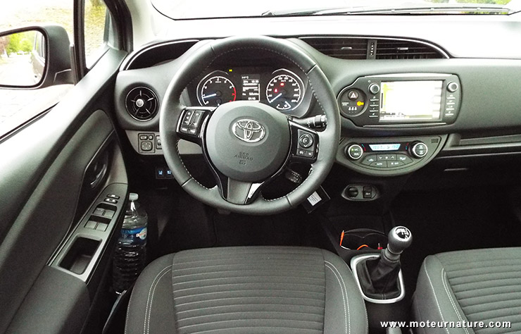 interieur yaris hybride essai vid o toyota yaris restyl e pas que de la gueule toyota auris. Black Bedroom Furniture Sets. Home Design Ideas
