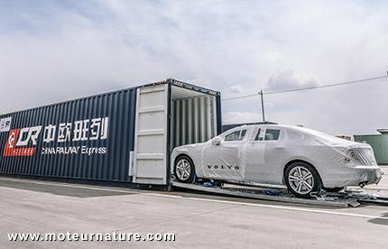 Une Volvo S90 embarque dans un train de marchandises chinois à destination de l'Europe