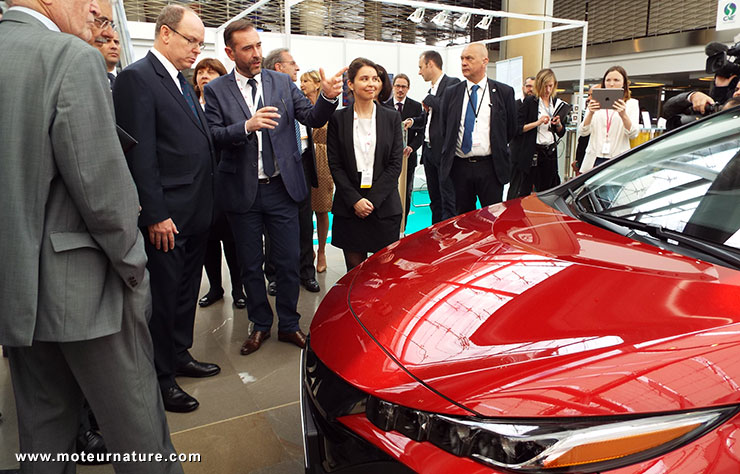 Le prince Albert devant la Toyota Prius