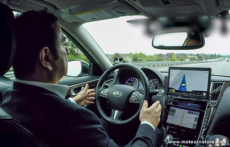 Carlos Ghosn conduit une Infiniti autonome