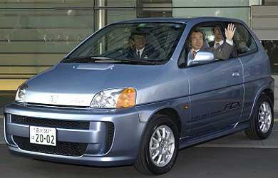 Le premier ministre japonais à bord d'une Honda FCX
