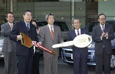 Le premier ministre japonais reçoit les clés des premières autos à  PAC